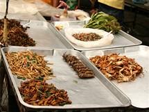 Thajsko. U stánků s občerstvením se běžně nabízejí i brouci a larvy