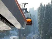 Slovensko, chlouba pod Chopkom - kabinková lanovka s oranžovým  sklem