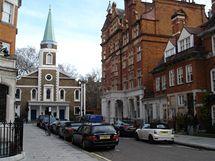 Lokace k filmu Láska nebeská - v Grosvenor Chapel se natáčela úvodní svatební scéna