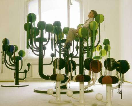 """Peter Opsvik a jeho """"křeslo"""" Zahrada do veřejných interiérů už patří k designovým stálicím"""