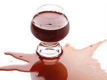 Vylité víno co nejdříve vysajte papírovou kuchyňskou utěrkou, na skvrnu nalijte perlivou vodu nebo sodu a postup opakujte.