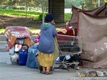 Buenos Aires, bezdomovkyně pod mostem kousek od luxusního centra