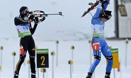 Andrea Henkelová (vlevo) a Světlana Slepcovová po poslední střelbě závodu štafet na SP v Oberhofu