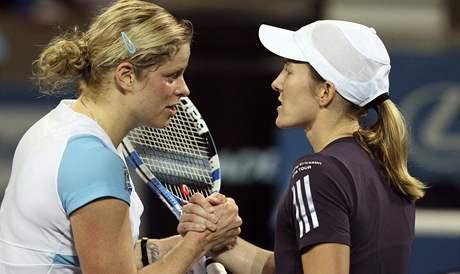 Kim Clijstersová (vlevo), Justine Heninová - finalistky turnaje v Brisbane 2010