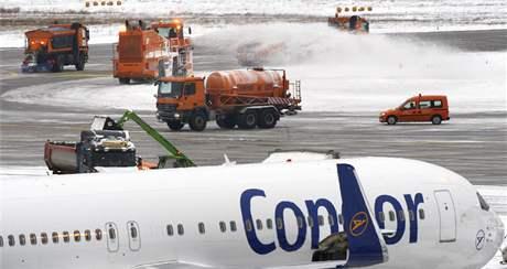 Zima v Německu, na snímku odklízení sněhu na ranveji na letišti ve Frankfurtu (9. ledna 2010)