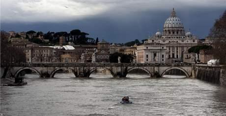 Zima v Itálii. Na snímku stoupající hladina řeky Tibery (9. ledna 2010)