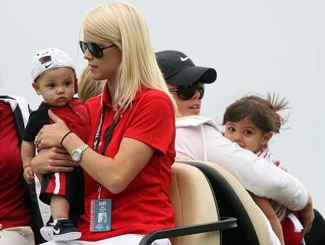 Elin Nordegrenová-Woodsová (vlevo) se synem Charliem a její sestra Josefin se Sam Woodsovou.
