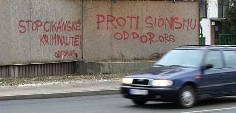 Rasistický nápis v Hněvkovského ulici v Brně