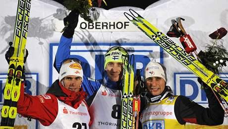 Hannu Manninen (uprostřed) jako vítěz SP sdruženářů v německém Oberhofu. Vlevo druhý Felix Gottwald a vpravo třetí Jason Lamy Chappuis.