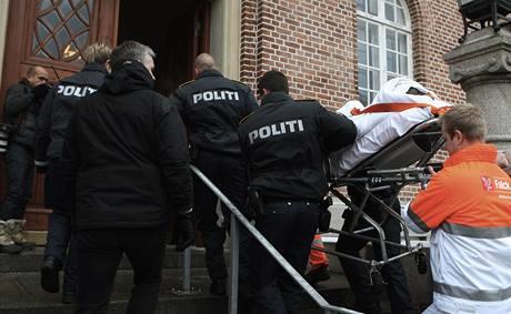 Policie a záchranáři odvážejí postřeleného muže, který chtěl zaútočit na dánského autora karikatury Mohameda. (2. ledna 2009)