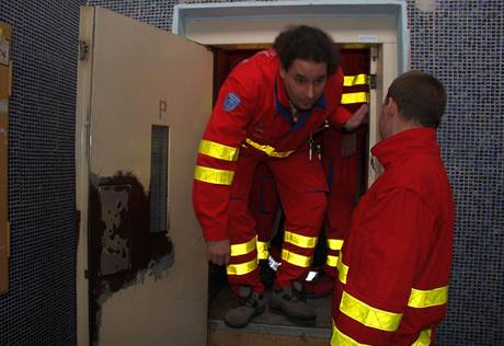 Posádka záchranářů uvězněná ve výtahu ve Zlíně. (2. ledna 2010)
