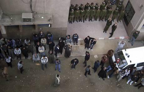 Před nemocnicí, kam byli převezeni zranění ze střelby v Nag Hammádí