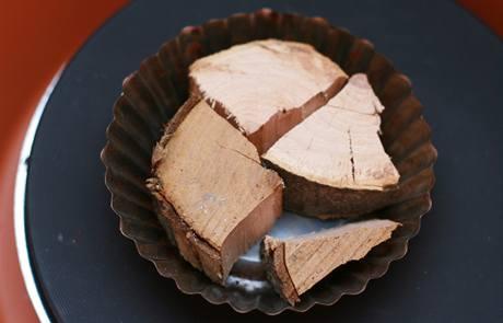 Dřevo na kovové misce