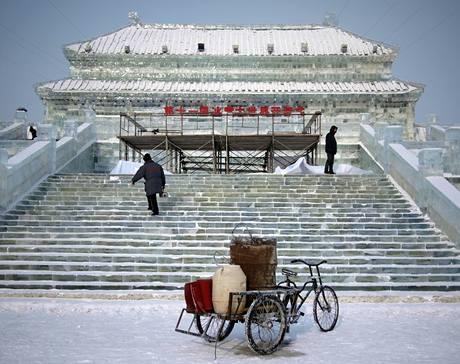 Tradiční přehlídka ledových soch v čínském městě Charbin (6. 1. 2010)