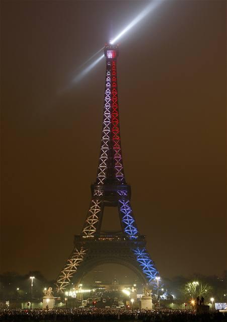 V Paříži změnila při silvestrovských oslavách Eiffelova věž několikrát barvu