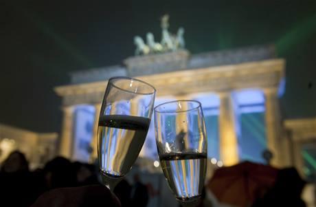 Silvestrovský přípitek u Braniborské brány v Německu