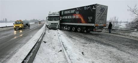 Havárie kamionu na R46 zablokovala část silnice