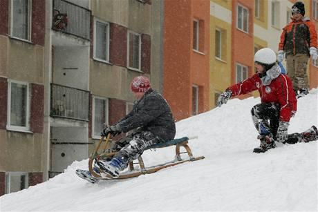 Děti se radují ze sněhové nadílky