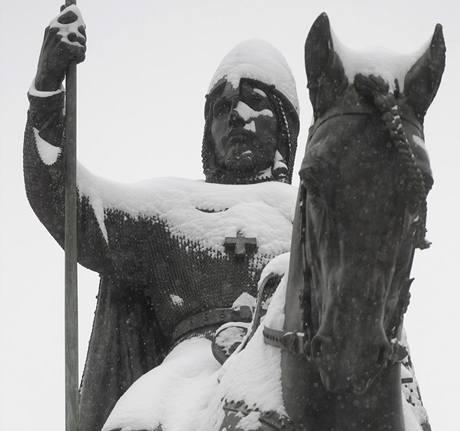 Sníh zasypal i svatého Václava na koni na Václavském náměstí