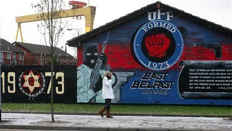 Někteří irští radikálové stále mírový proces odmítají. Jejich názory vyjadřují i graffitti. Na snímku zeď ve východním Belfastu. (6. ledna 2010)