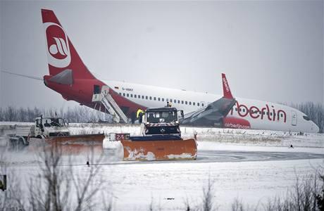 Boeing 737-800 společnosti Air Berlin sjel na letišti v německém Dortmundu po smyku z ranveje. (3. ledna 2010)