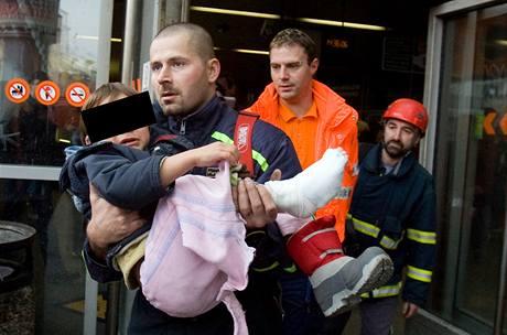 Hasič vynáší zraněné dítě ze stanice Anděl pražského metra. (5. ledna 2010)