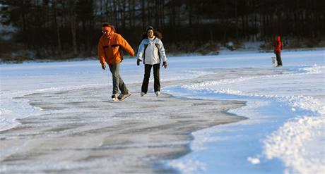 Na Lipenském jezeře se začala připravovat nejdelší bruslařská dráha v zemi. (5. ledna 2010)
