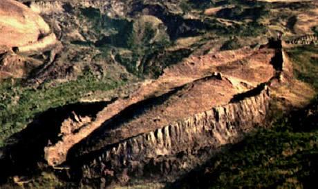 Kamenný útvar v pohoří Araratu v popředí považuje archeolog Ron Wyatt za Noemovu archu.