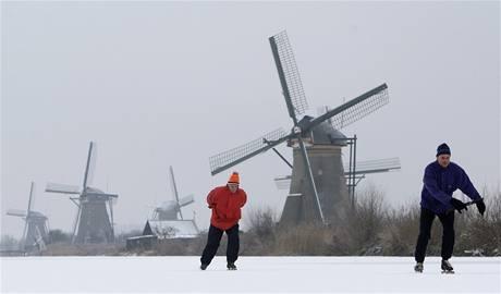 Mrazy zasáhly i Nizozemsko. Lidé bruslili na kanálech nedaleko Rotterdamu.
