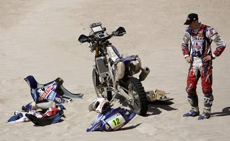 David Fretigne se na Rallye Dakar pokouší opravit svoji motorku