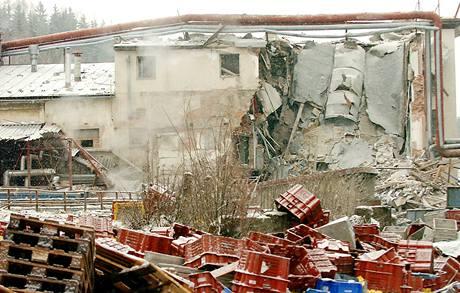 V továrně v Rudníku vybuchl kotel, dva lidé zemřeli.