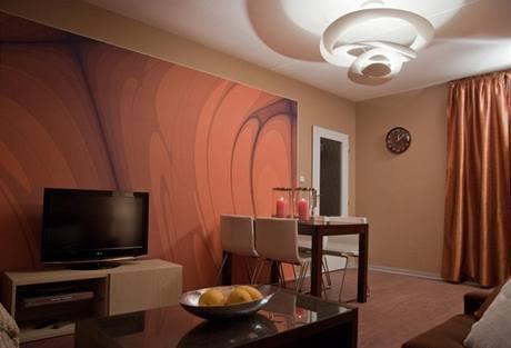 Celý prostor je laděn do teplých odstínů, převládá hnědá, béžová a oranžová