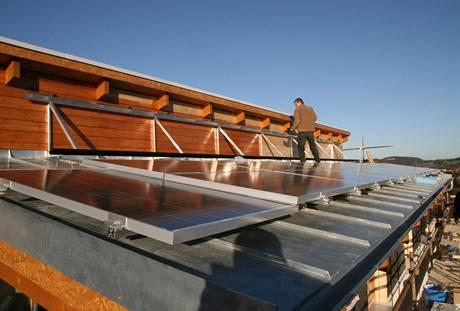 Na jednu pultovou st�echu p�i�ly sol�rn� panely