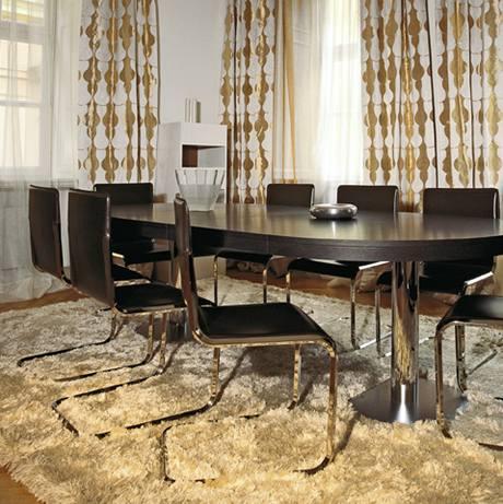 Kolem velkého stolu je dost místa pro posezení s přáteli