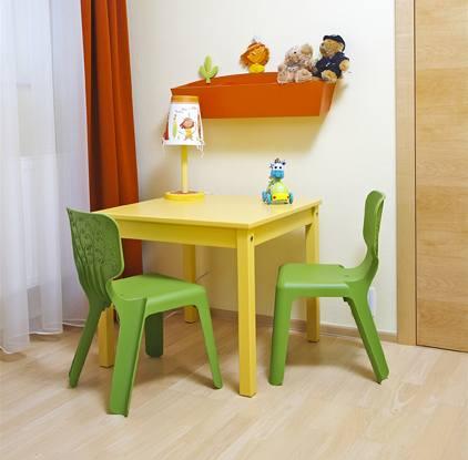 I přes preferenci dřevěného nábytku majitelé zvolili i pár kousků z odolného plastu