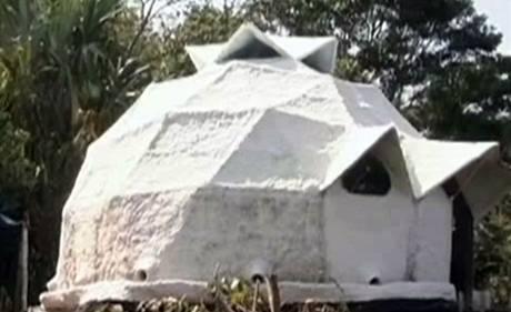 Dům ze směsi papíru, betonu a písku odolává dešťům bez problémů