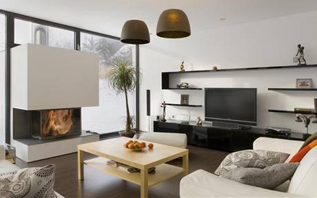 Proti přehřívání prostor chrání vnitřní zastiňovací rolety na dálkové ovládání, barevně sladěné s rámy oken