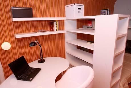 Část pokoje u okna se proměnila ve studijní kout, proto zde nesmí chybět ani pracovní stůl