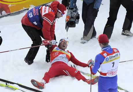 Lukáš Bauer (číslo 7) přihlíží oslavám vítězného Pettera Northuga
