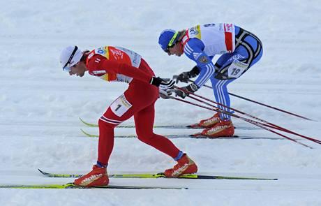 Petter Northug (vpravo) z Norska vítězí v závodě Tour de Ski v německém Oberhofu před Rusem Maximem Vylegžaninem