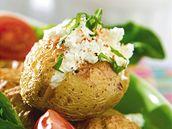 Pečené brambory s bylinkovým tvarohem.
