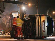 V Březové na Karlovarsku spadlo do řeky Teplé osobní auto. V řeky ho vyprostili hasiči. (1.1.2010)