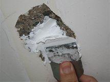 Díru zbavenou všech nečistot a prachu můžete zatmelit, šlehaným spárovacím tmelem to zvládnete na jeden zátah.