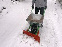 V případě mokrého sněhu se doporučuje kolečko zatížit.