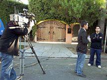 Novináři pře vchodem do domu Casey Johnsonové