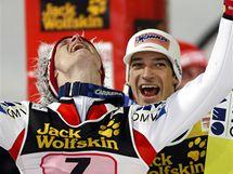 Thomas Morgenstern (vlevo) a Andreas Kofler slaví rakouský triumf na Turné čtyř můstků