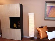 Mohutnou obývací stěnu nahradila jednoduchá skříňka