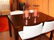 Také původní jídelní stůl designéři použili v novém pokoji