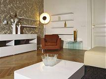 Moderní nábytek dává bytu v domě s dlouhou historií současnou tvář