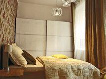 Odstíny hnědé a béžové vytvářejí ideální místo pro poklidný spánek